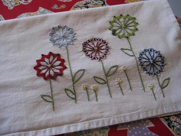 asciugapiatti con fiori ricamati