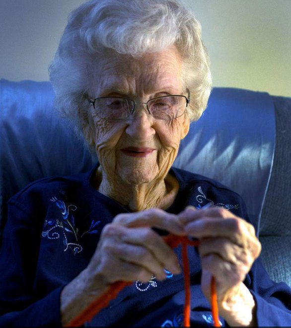 la signora Dody lavora a maglia